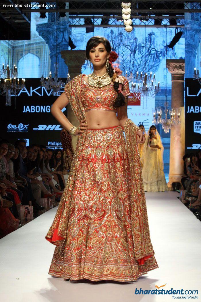 Nargis Fakhri walks the ramp for Reliance Jewels Presents Suneet Verma Show at LFW   Summer/Resort 2015