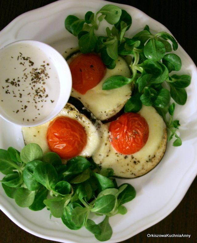Miałam dzisiaj ochotę na ciepłą kolację lecz lekką, więc przygotowałam zapiekane w piekarniku bakłażany z mozzarellą i pomidorami z dodatkiem sosu czosnkowego i roszponki