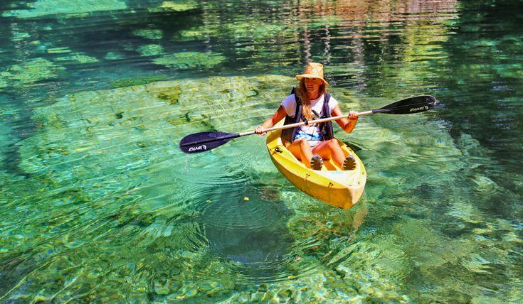 Acqua trasparente e purissima che permette di ammirare il fondale, perfetta per un giro in canoa.