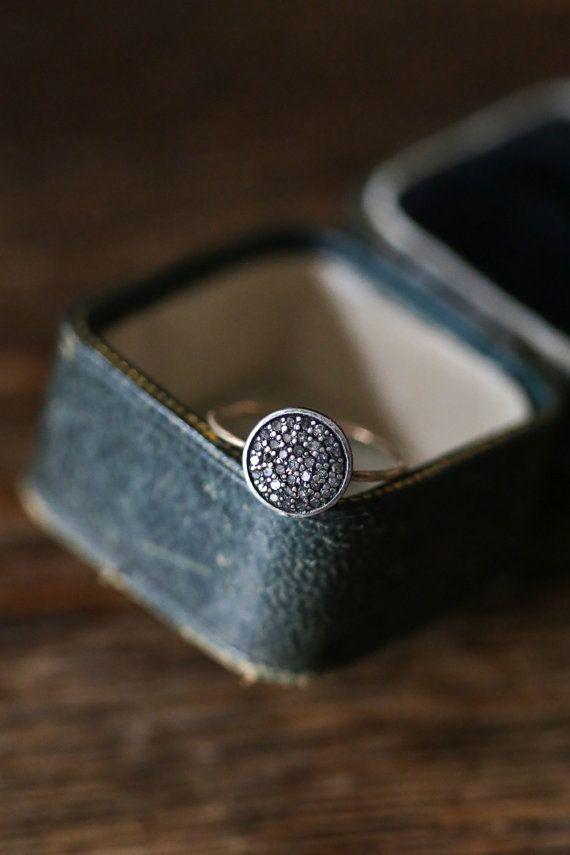 Moderne bague de fiançailles, bague diamant gris, or et argent anneau métallique mixte, brossé 14 k or, anneau du gros pavé de diamants, bague de Sparkler