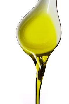 Per nutrire...  É il più classico dei rimedi della nonna. L'olio extravergine d'oliva è un ottimo alleato non solo per la bellezza della pelle, ma anche dei capelli. Applicato sulla chioma asciutta e lasciato in posa per almeno 30 minuti, agisce come un ristrutturante restituendo corpo e idratazione ai capelli secchi e stressati. Per potenziarne l'effetto, avvolgere la testa in un asciugamano caldo o in un foglio di carta d'alluminio che trattiene il calore.