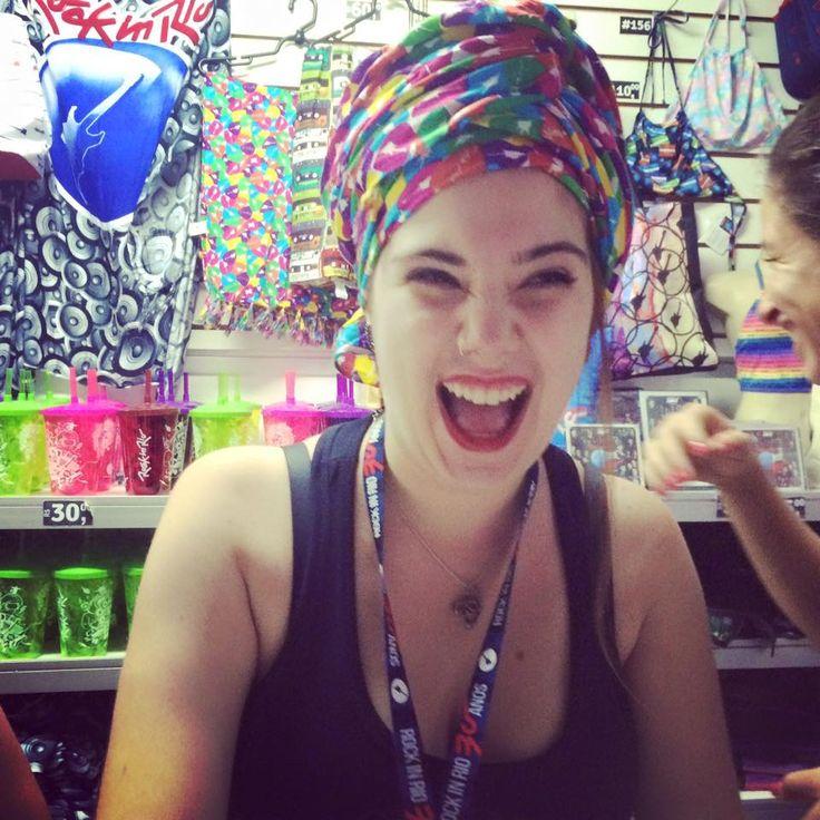 Veeeeem! Toda linha le modiste nas lojas de produto oficial Rock in Rio! Olha que linda a Veronica, nossa vendedora modelo, de turbante feito com a canga :D www.shoplemodiste.com.br #produtooficialrockinrio #euvoudelemodiste