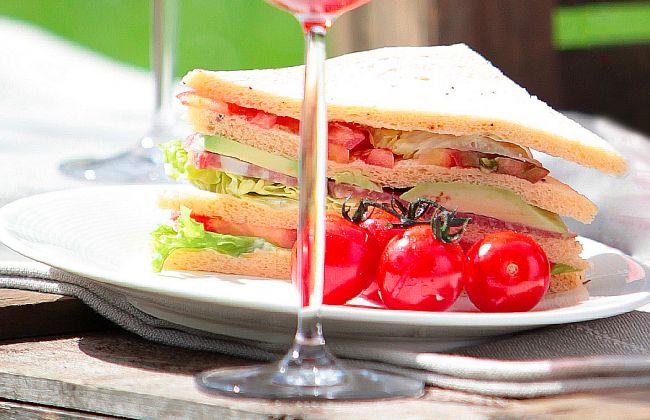 Zomerse club sandwich met weinig calorieën