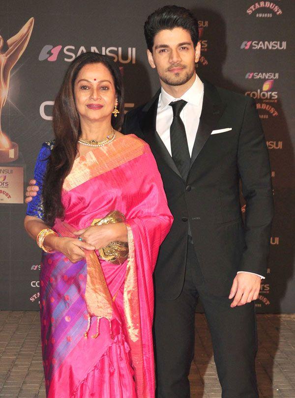 Zarina Wahab with son Sooraj Pancholi at the Stardust Awards 2015. #Bollywood #StardustAwards2015 #Fashion #Style #Beauty #Desi #Saree