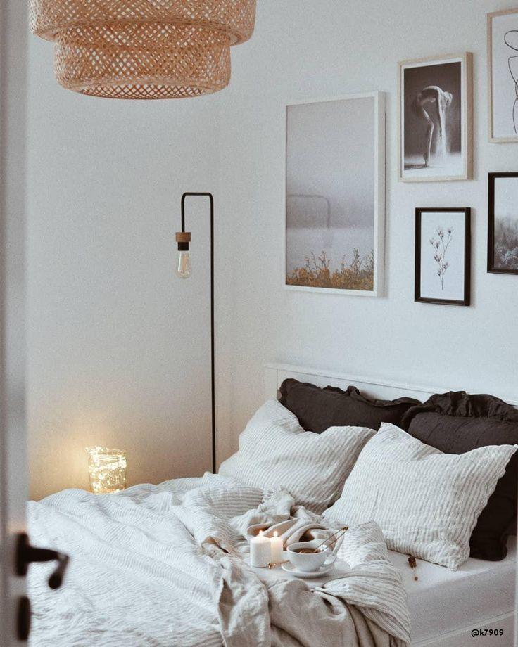 Scandi Vibes für die kalten Tage! Dieser Trend ist ein Understatement-Look, der große Wirkung entfaltet. Verschiedene Texturen schaffen einen einladendes Zuhause, in welchem Du gemütlich überwintern kannst. Die sanfte, gedämpfte Farbpalette von Accessoires und Möbeln verleiht den dunklen Wintermonaten – beeinflusst durch die skandinavische Lebensweise – eine freundliche Note.📷:@k7909 // Schlafzimmer Bett Grau Skandinavisch Kissen Bilder#Skandinavisch #Schlafzimmer#Schlafzimmerideen