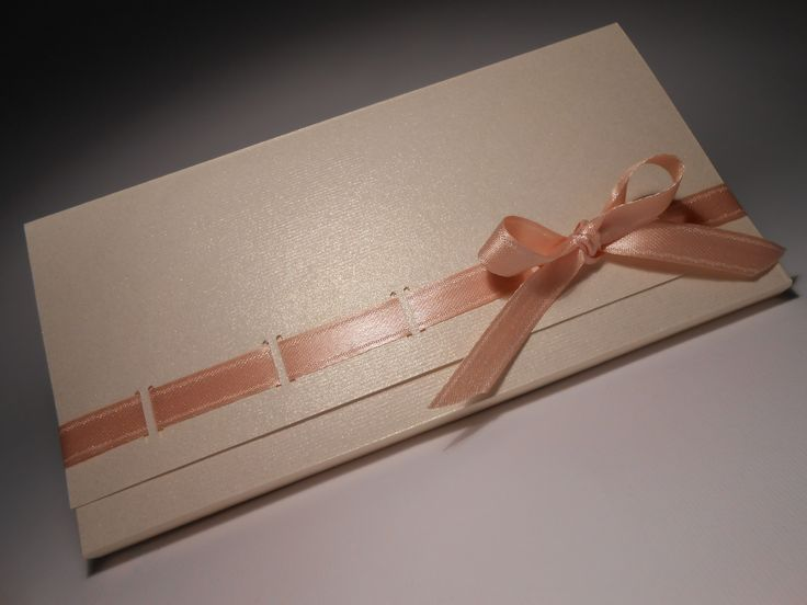 realizzata in carta pregiata con brillantini dorati