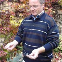 Alois Mader bei der Außenbegehung mit der Wünschelrute