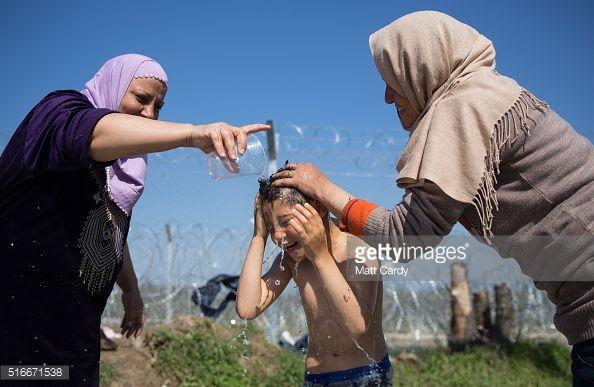 Foto di attualità : A boy is given a wash in front of the border...