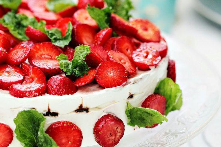 Marängsvisstårta med jordgubbar och bubblande cava