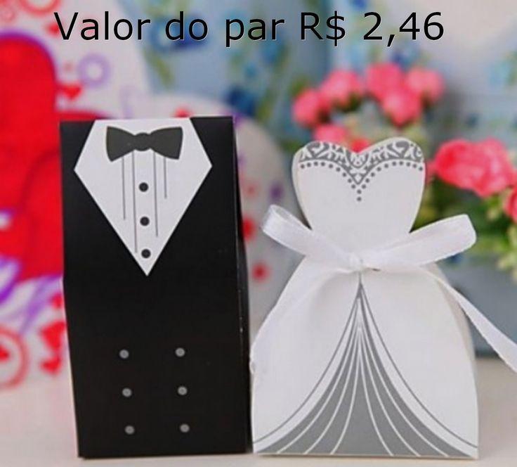 """ATENÇÃO: O VALOR de R$ 1,23 É REFERENTE À UNIDADE, O PAR FICA EM R$ 2,46 <br> <br>Lindas caixinhas no formato de vestido de noiva e smoking para oferecer como lembrancinha. Essas caixas comportam bem-casados de até 4,5 cm de diâmetro, amêndoas, bombons, trufas, etc. Acompanha fita de cetim para o """"vestido"""". <br>ATENÇÂO: Verifique a disponibilidade de cores para as fitas. <br> <br>Opções de cores das fitas: rosa pétala, rosa claro, rosa escuro, amarelo ouro, laranja, prata, branco, vermelho…"""