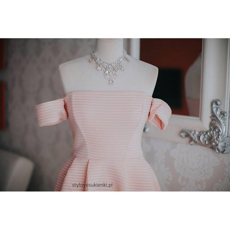 Piękna sukienka o rozkloszowanym fasonie i długości midi. Idealna na wesele i inne wyjątkowe okazje. Modne odsłonięte ramiona i kieszenie dodają nonszalancji.
