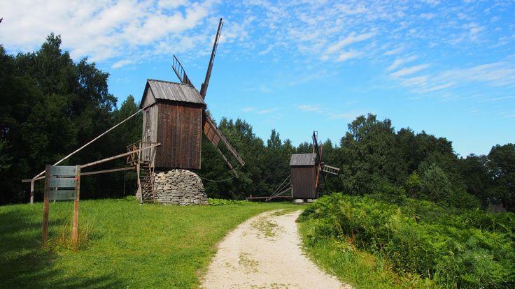 """Viron ulkomuseo on """"Tallinnan Seurasaari"""". Noin vartin ajomatkan päässä Tallinnan keskustasta voit tutustua, millaista oli elämä 1700-1900-lukujen virolaiskylässä: 14 rakennusta kouluineen ja kauppoineen. Avoinna ympäri vuoden. #openairmuseum #travelintime"""