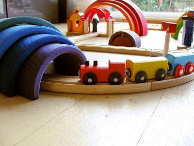 houten regenboog met de treinbaan