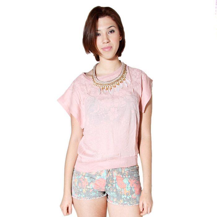 Camiseta con estampado de flores.