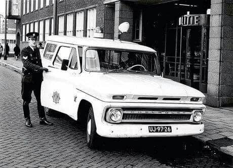 Haagseveer Aanvankelijk waren de politievoertuigen in donker blauw. Later werden ze met een wit dak uitgevoerd. Na 1966 werden alle politievoertuigen wit zo ook de C10 en uitgevoerd met de achtpuntige ster.