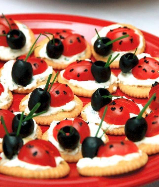 coole Party-Essen-ideen mit oliven und tomaten