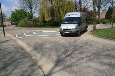 Door deze 'punaises' op de hoek van de straat te leggen zal er minder hard gereden kunnen worden in de bochten. Dus zal de verkeersveiligheid toenemen. Jamal