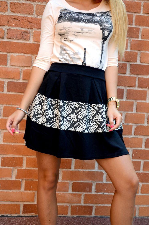 Elegancka spódnica z kwiecistą wstawką w czarno-białej tonacji. Oryginalnie zapakowana z kompletem metek. Wykonana z najlepszych materiałów, modny design i niepowtarzalny wygląd. Idealna do codziennych stylizacji, świetnie komponuje się z bokserką lub koszulą.