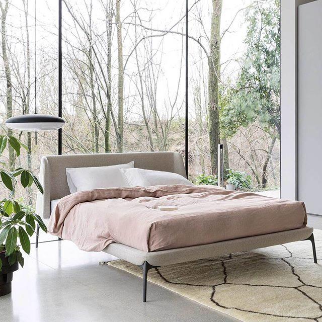 Das moderne Polsterbett Velvet von Novamobili hat ein einladend gemütliches Kopfteil mit einer leichten Linienführung. #Polsterbett #Bett #comfy #Schlafzimmer #Möbelstück #Designmöbel #Design #Möbel #minimalistisch #modern #zeitlos #skandinavisch #interiordesign #interiordecorating #Einrichtung #Inspiration #home #wohnen #Inneneinrichtung #einrichten #Wohnstil #wohnideen #Wohntrend #Stil #Style #Livarea #Novamobili