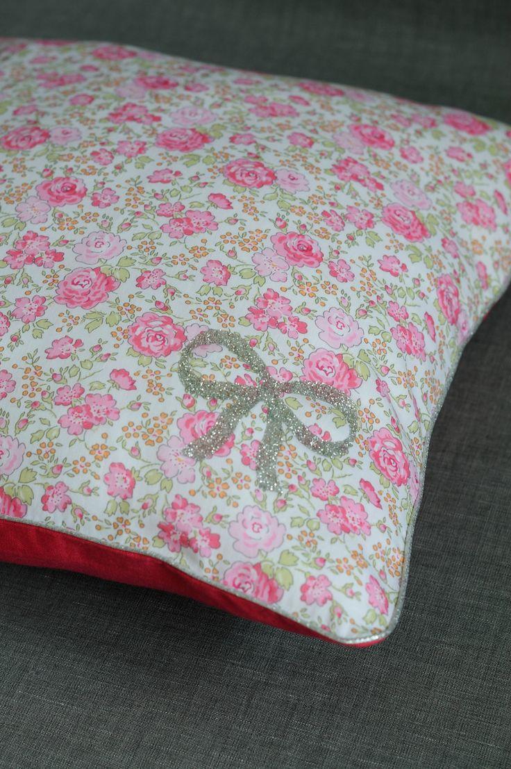 Coussin liberty Felicité rose et lin framboise France Duval Stalla, motif noeud Madame Mademoiselle