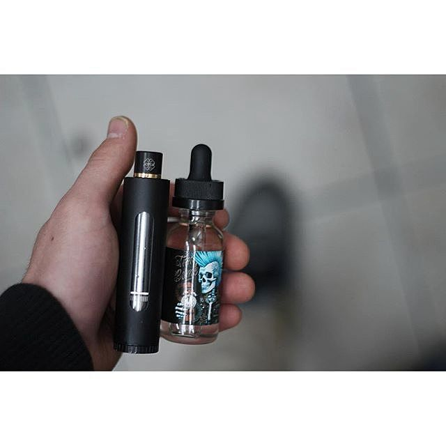 Handcheck by @canadaliquids  ft. TNT Ice by @timebombvapors A mix of strawberry apple peach and mentho by vapeporn