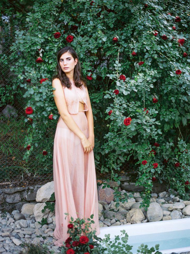 Creative direction @abertondesign  Workshop & foto by @tamaragigola Style @valeriesorokina  Flowers @ekaterina0638  #preraphaelites #bath #redrose