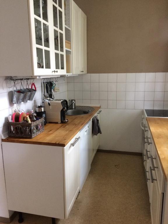 Schöne und kompakte Küche in 1-Zimmerwohnung in Frankfurt mit Kaffeemaschine und verglasten Schränken. #Frankfurt #kitchen #interior #coffee #citylife #smallkitchen