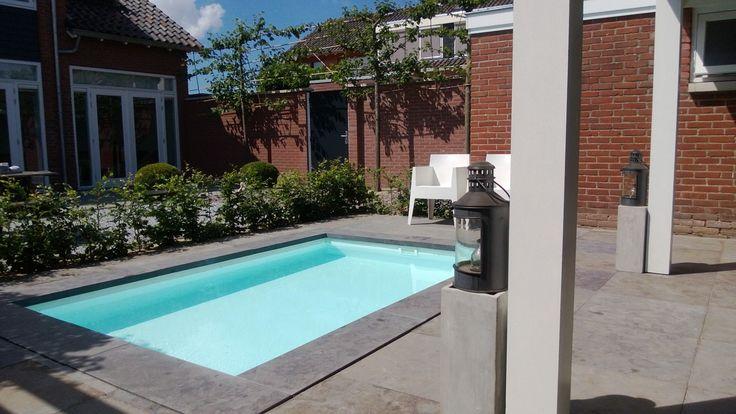klein zwembad in een sfeervolle tuin
