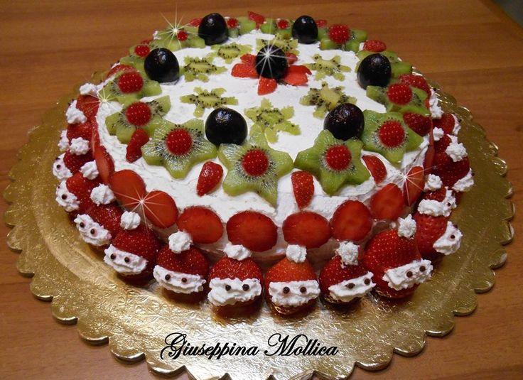 Torta senza pasta di zucchero, ricoperta con panna e frutta, farcita con crema di ricotta di Giuseppina Mollica