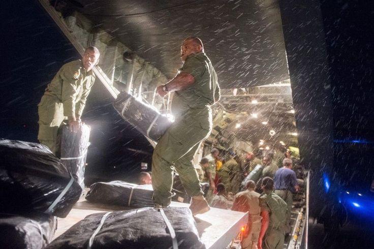 #Soldati delle Fiji scaricano un aereo cargo, proveniente dalla #NuovaZelanda, carico di aiuti per la popolazione colpita dal #ciclone #Winston. L'#uragano, il più violento nella storia delle #Fiji, ha causato almeno 29 morti.