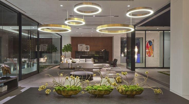 illuminazione moderna con lampadari dal design stravagante per un ambiente open space