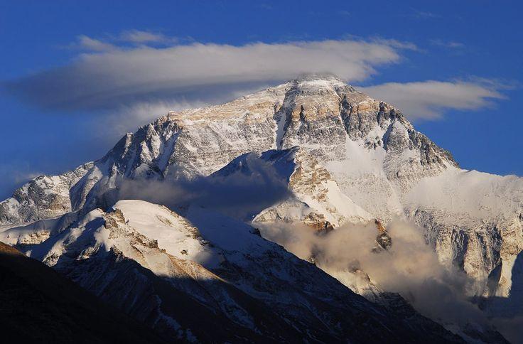 Der Mount Everest liegt im Süden Tibets, sein Gipfelgrat bildet die Grenze zu Nepal. Mit einer Höhe von 8.850m zählt Mount Everest zu den höchste Berg der Welt.