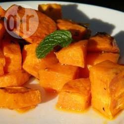 Gebakken zoete aardappel  3 grote zoete aardappels 2-3 eetlepels olijfolie 2 mespuntjes gedroogde oregano zout en versgemalen zwarte peper naar smaak