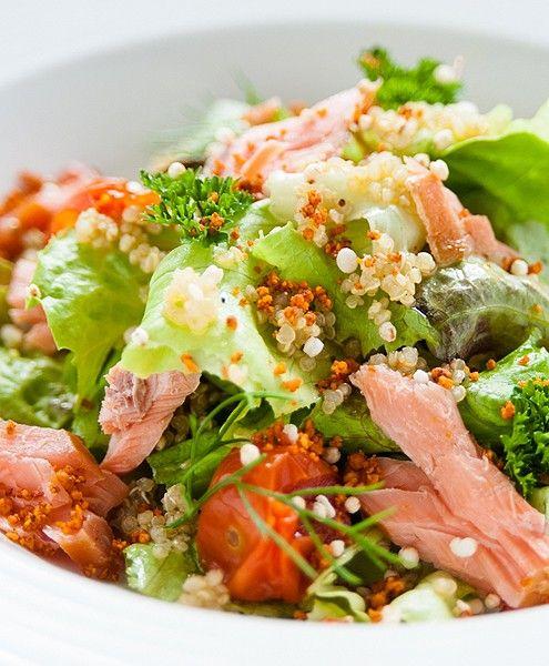 Quinoa salade met zalmforel, cherry tomaatjes en pijnboompitjes | NatureCrops