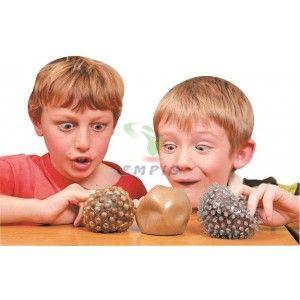 Trzy sensoryczne piłki, każda z innym wypełnieniem i inną fakturą