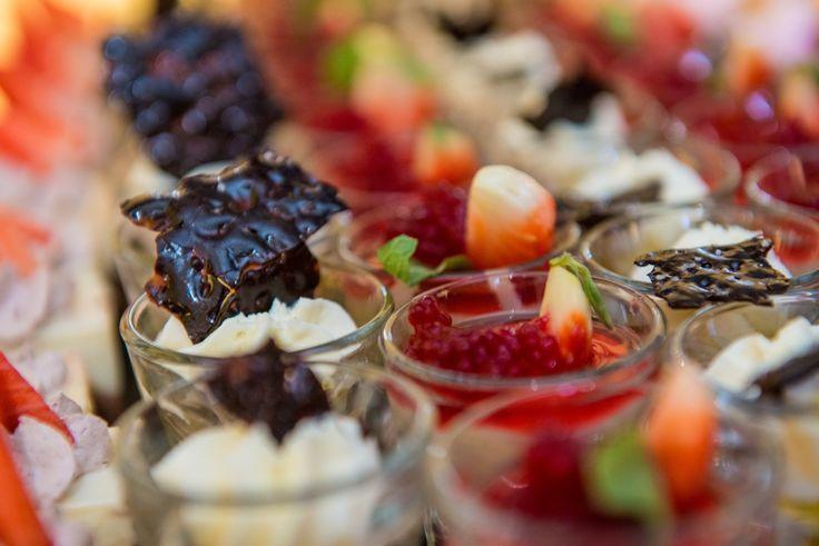 Minitortulet cu jeleu de fructe de padure si mousse de ciocolata. Belvedere Events Center, Restaurant, Brasov 2016. Belvedere. Evenimente. Nunta. Botez. Candybar. Tarte. Fructe.