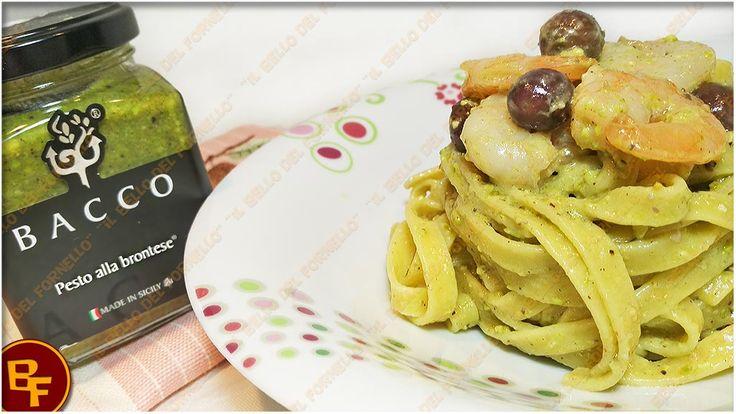 Tagliatelle con pesto alla brontese gamberetti e olive