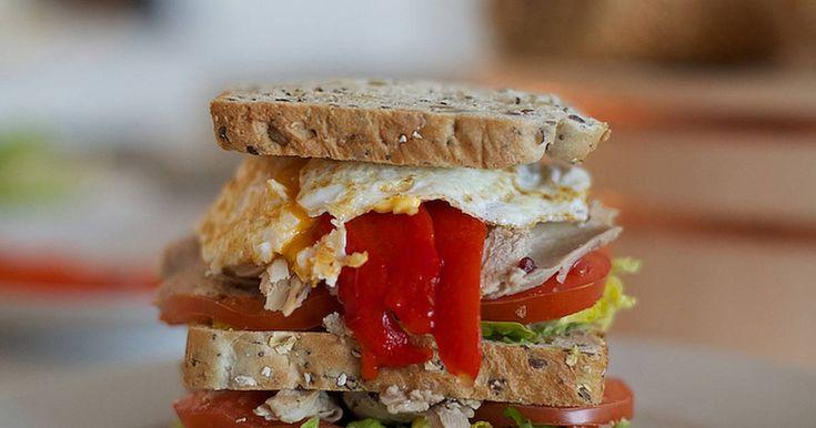 Sándwich con sobras de pavo, cebolla roja y queso   Me encantan los sandwiches y cuando sobra pavo en Acción de Gracias o Navidad se convierte en mi sandwich favorito.