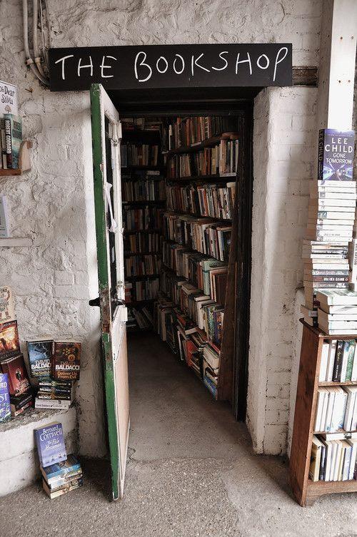 Een mooi bord boven de boekhandel!