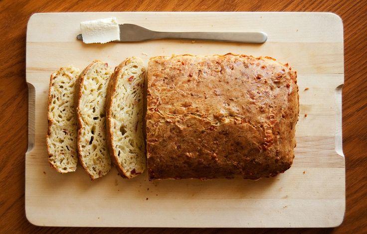 Ínycsiklandó sajtos kenyér, dagasztás nélkül! Sokkal finomabb mint a bolti sajtos kiflik!