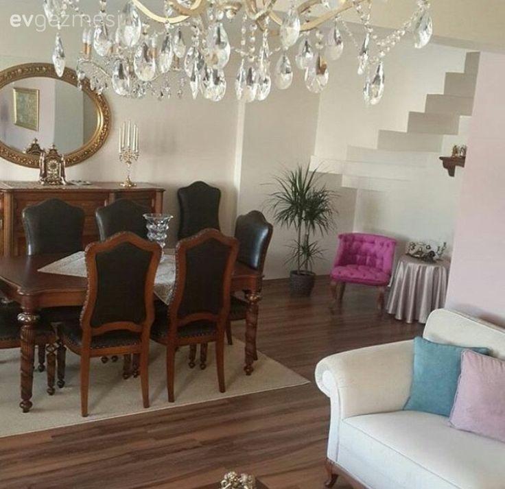 Ahşap mobilyaların zamansızlığına evinde yer veren Bedia hanımın evi bizlerin favorilerinden.. Geleneksel bir ev dekore eden ev sahibimiz, zarif hatlı mobilyalarını tamamlamayı tercih ettiği kahvereng...