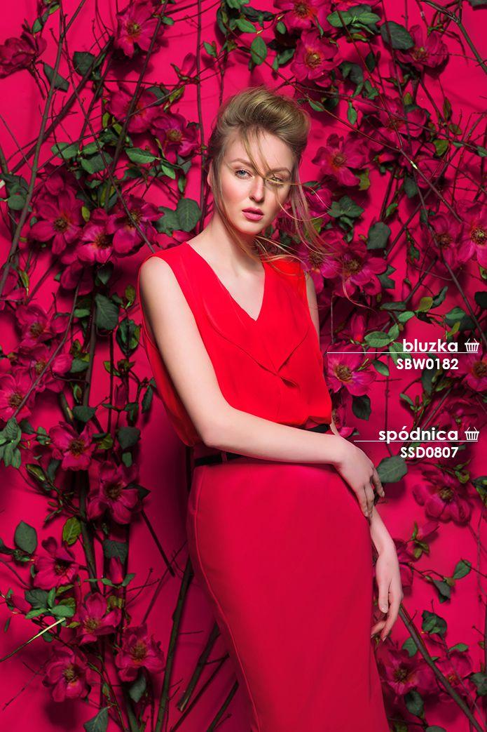 Elegancka czerwona #bluzka w połączeniu z ołówkową spódnicą tworzą modną i bardzo kobiecą stylizację