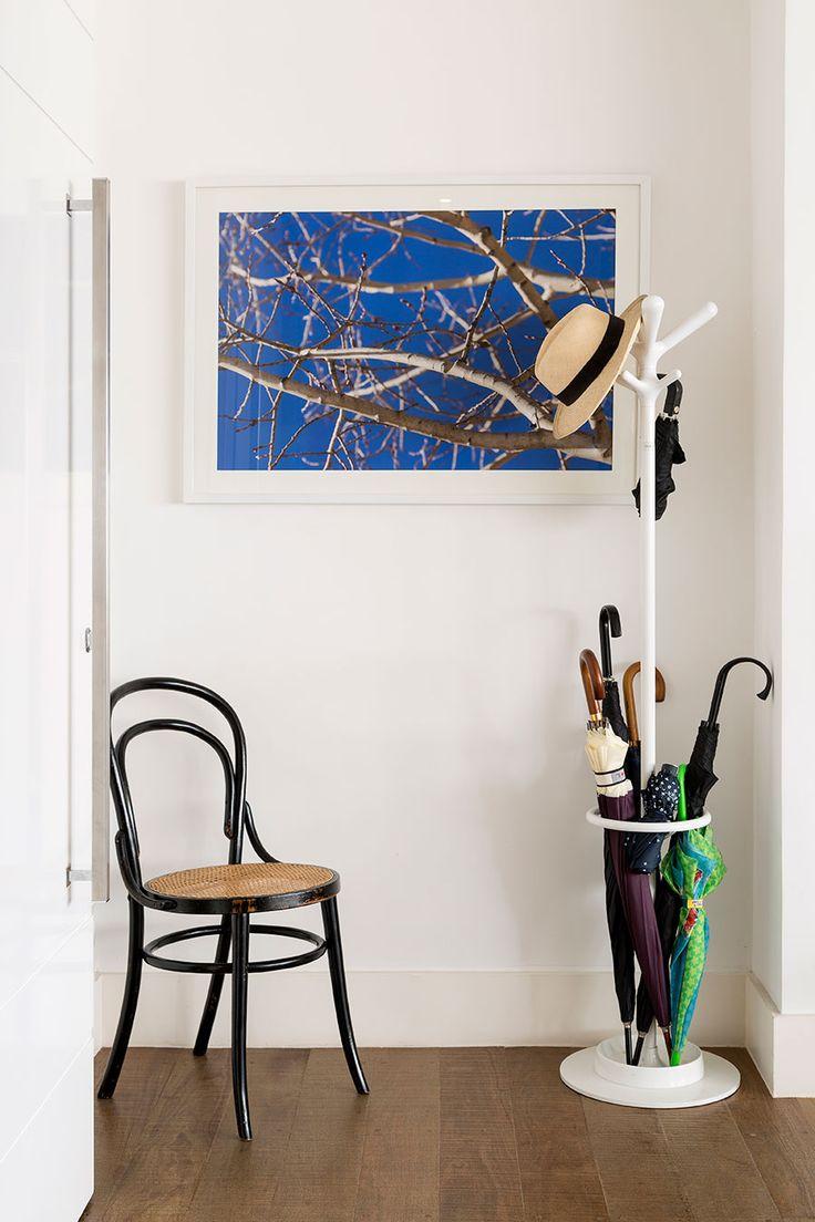 Um apartamento lindo de 270m² com a base totalmente branca e cores pontuais nos móveis e objetos. Um apê feito para abraçar a família com 2 filhos.