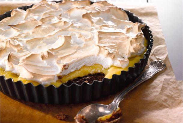 Appelsiini-marenkitorttu ✦ Appelsiini-marenkitorttu on muunnelma suositusta englantilaisesta Lemon merinque Pie :sta. Terävähuippuisen marenkipeiton alle kätkeytyy raikas appelsiinikiisseli ja mehevä suklaapohja. http://www.valio.fi/reseptit/appelsiini-marenkitorttu/
