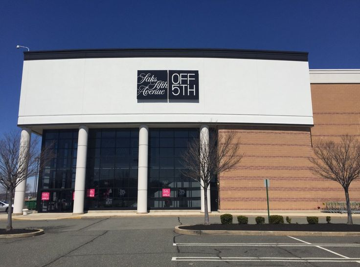 The off-price retail division of Saks Fifth Avenue launched a new 42,000-square-foot store within Overlook at King of Prussia shopping centre in King of Prussia. Located at 310 Goddard Blvd. inside the complex next to King of Prussia Mall, the new store occupies the space last used by Nordstrom Rack.  #SaksFifthAvenue #KingofPrussia #thelocationgroup #shopopening #storeopening #elocations