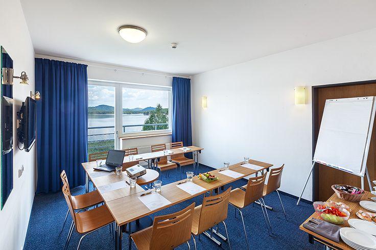 Ubytování Máchovo jezero V hotelu se nachází velký multifunkční sál KOMODOR, který s ohledem na uspořádání může pojmout až 200 osob. Další dva salónky ADMIRÁL a KAPITÁN disponují kapacitou max 90, respektive 60 osob.   Jednání umíme připravit i na netradičních místech jako např. na lodi Máj ...  Více informací ohledně pořádání firemních akcí naleznete zde: http://www.hotelport.cz/firmy-a-skupiny/firemni-akce.html
