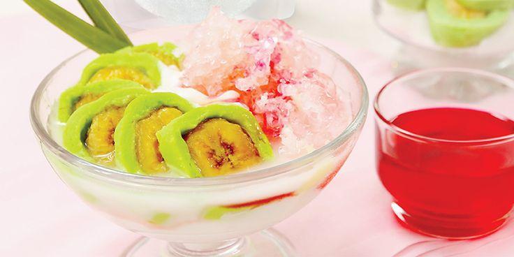 Es Pisang Ijo merupakan salah satu makanan penutupkhas Makassar yang tidak asing bagi masyarkat Indonesia. Makanan ini mudah ditemukan, karena hampir disetiap daerah menjajakan kue ini disetiap event-event seperti bazar makanan atau food festival lainnya. Es Pisang Ijosangat nikmat disajikan dalam keadaan dingin lengkap dengan es batu.