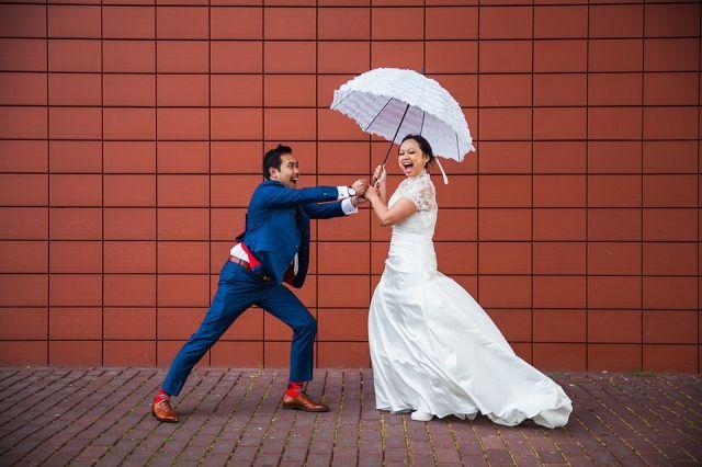 #bruidspaar #paraplu #bruiloft Trouwen met een dubbele ceremonie | ThePerfectWedding.nl | Fotocredit: Marco + Claudia