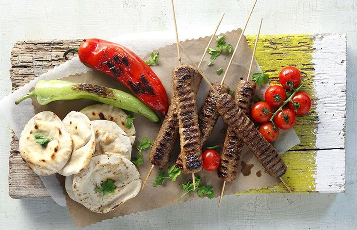 Photo credit: G. Drakopoulos   Στη μία κουταλιά της σούπας λάδι σοτάρουμε σε ένα τηγάνι το κρεμμύδι, το σκόρδο και τέλος την πάστα ντομάτας σε μέτρια φωτιά. Αφαιρούμ...