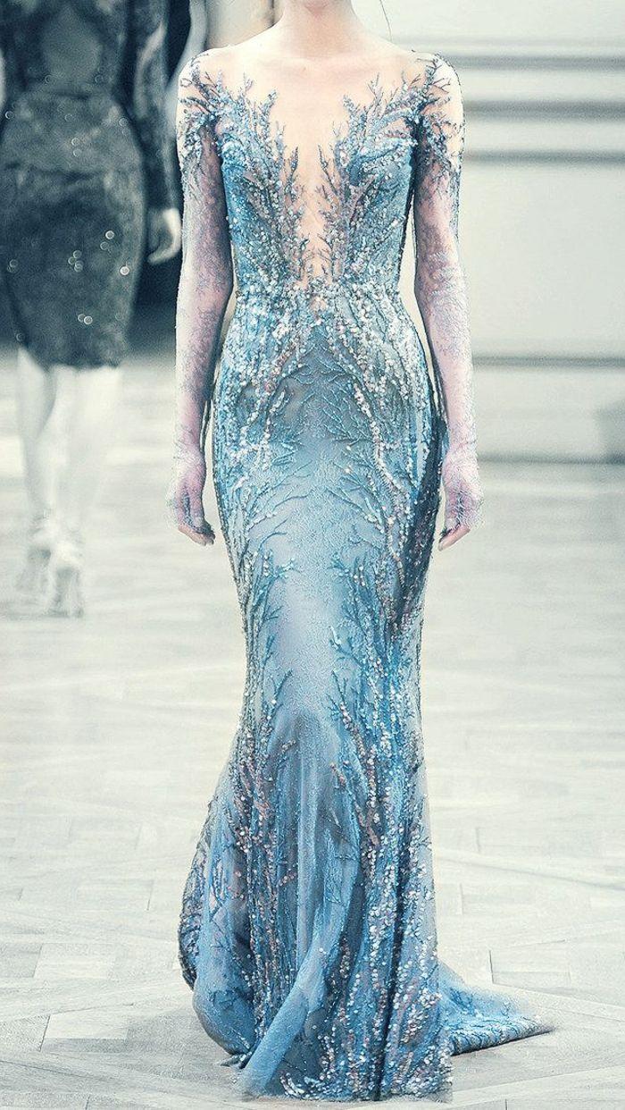 la plus belle robe de couleur bleu marin, une jolie robe longue, une robe avec décolleté ouvert